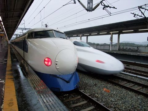 Shinkansen series 0 and series N700 (via Wikipedia)